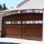 Poarta glisanta din fier forjat model cu tabla si friza