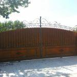Poarta glisanta din fier forjat cu tabla si friza sus